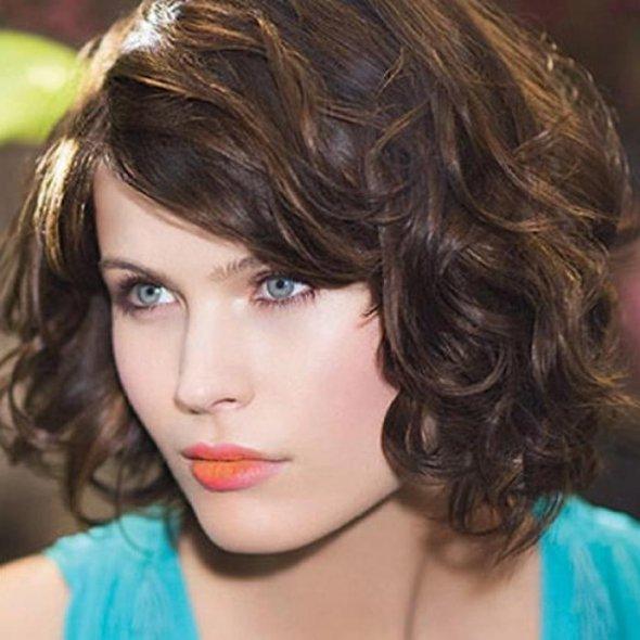 Прическа с челкой на вьющиеся волосы фото