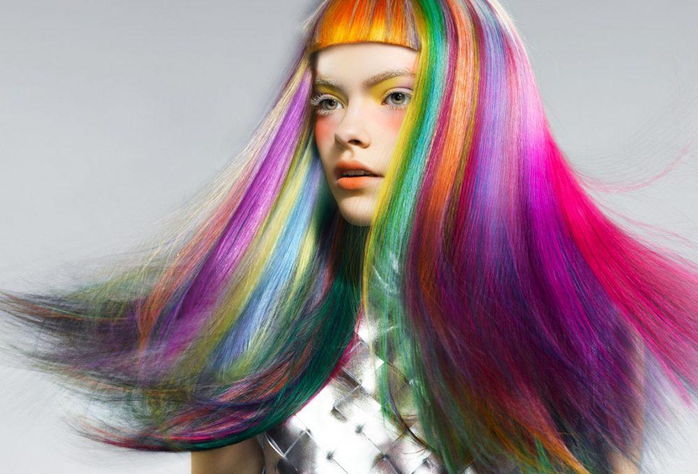 яркие пряди волос